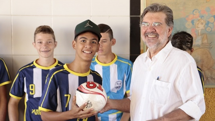 Prefeitura fomenta prática esportiva com entrega de kits a alunos