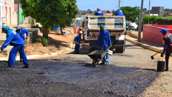 Prefeitura recupera asfalto de ruas do largo do Cemitério Novo