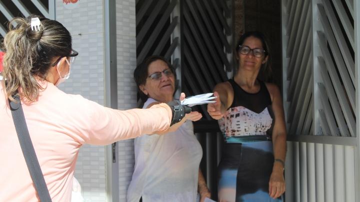 Prefeitura faz entrega de 30 mil máscaras e realiza desinfecção de ruas