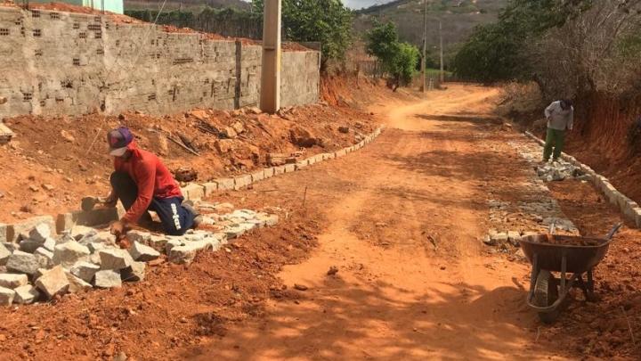 Prefeitura inicia pavimentação de via na comunidade Olho d'Água Dantas